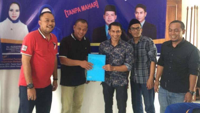 Tim pemenangan Iye Iman Rohiman saat mengambil formulir penjaringan bakal calon Wali Kota dan Wakil Wali Kota di DPD Partai NasDem Cilegon. (Foto: TitikNOL)