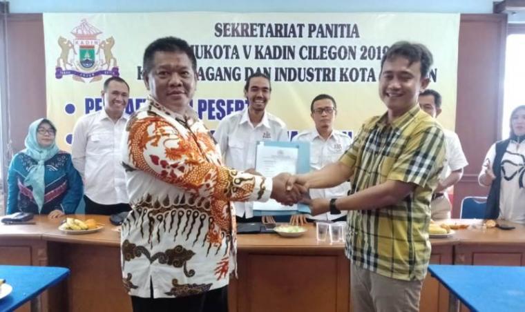 Sahruji saat menyerahkan berkas pendaftaran calon Ketua Kadin Cilegon periode 2019-2024. (Foto: TitikNOL)