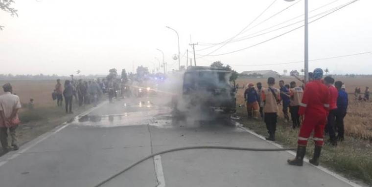 Mobil yang dirusak dan dibakar oleh warga. (Foto: TItikNOL)
