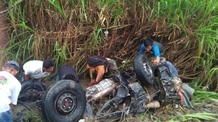 Mobil pick up yang hanyut di sungai Cisimeut. (Foto: TitikNOL)