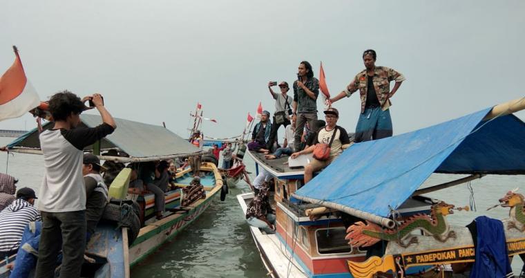 Nelayan Pangsoran Bojonegara saar melakukan aksi unjuk rasa tolak reklamasi Wilmar. (Foto: TitikNOL)