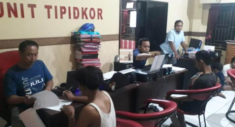 Pelaku Pengeroyokan dua anggota polisi saat diamankan di Mapolres Cilegon. (Istimewa).