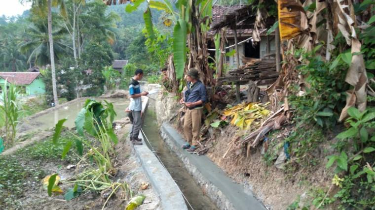 Pembangunan drainase di Desa Sawarna Timur, Kecamatan Bayah, Kabupaten Lebak. (Foto: TitikNOL)