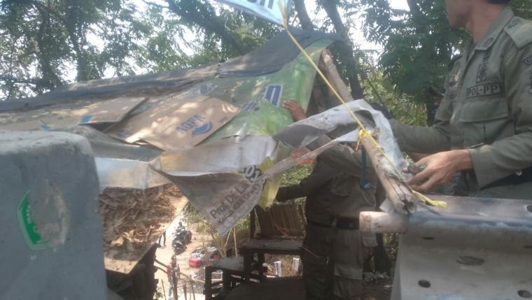 Pembongkaran kios Pedagang Kaki Lima (PKL) yang berdiri di atas tanah milik negara yang dilakukan Satuan Polisi Pamong Praja (Satpol PP) Kota Serang. (Foto: TitikNOL)