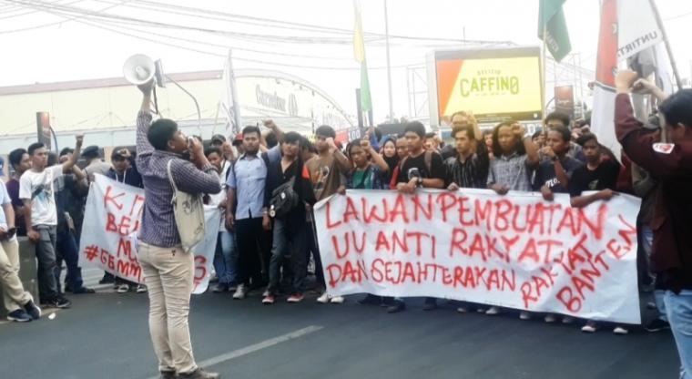 Aksi demontrasi puluhan mahasiswa yang tergabung dalam Gerakan Mahasiswa Pemuda (Gema) Banten. (Foto: TitikNOL)