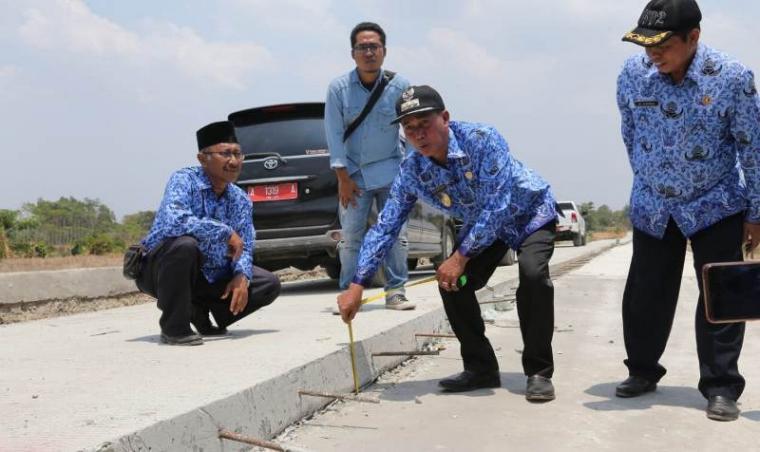 Wali kota Serang Syafrudin saat melakukan inspeksi mendadak (Sidak) pembangunan jalan. (Foto: TitikNOL)