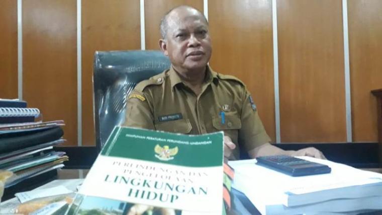 Kadis DLH Kabupaten Serang Budi saat ditemui di ruangan kerjanya. (Foto: TitikNOL)