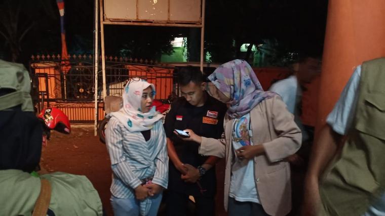 Warga saat mendatangi kantor BPBD Kota Serang, untuk melaporkan anak yang diduga hanyut di Sungai Cibanten. (Foto: TitikNOL)
