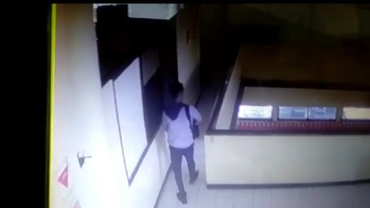Rekaman CCTV pencurian laptop dan kotak amal di kantor Perhutani Banten. (Foto: TitikNOL)