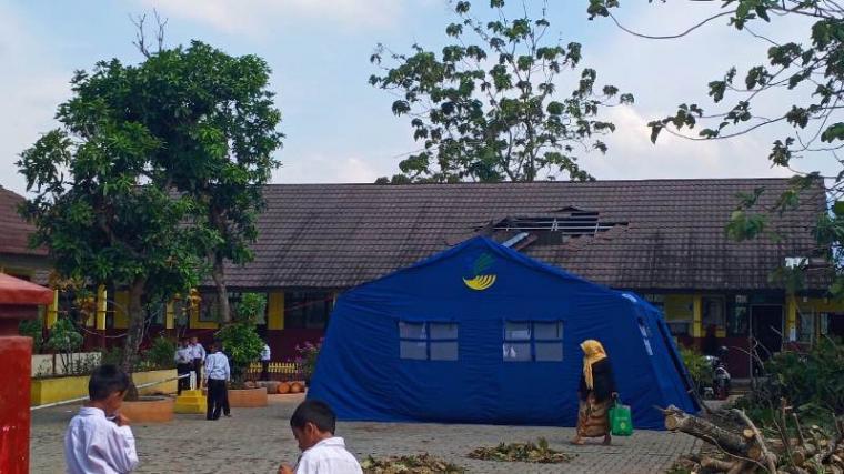 Tenda darurat SD Negeri Banjarsari 1 Kota Serang. (Foto: TitikNOL)