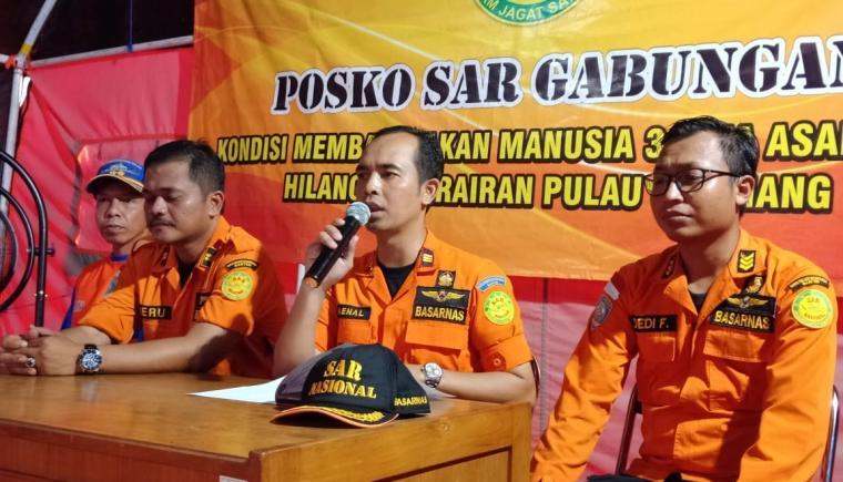 Kepala Basarnas Banten, Zaenal Arifin saat memberikan keterangan kepada awak media terkait penghentian pencarian WNA yang hilang di Pulau Sangiang. (Foto: TitikNOL)