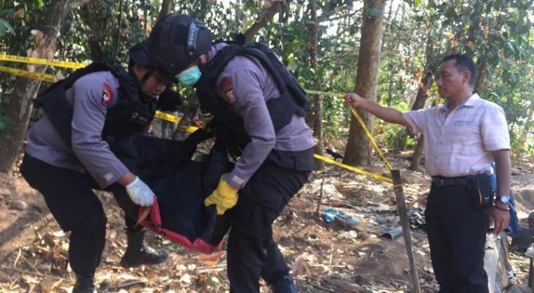 Gegana Brimob Polda Banten saat mengamankan mortir di Mekarsari, Kecamatan Pulomerak, Kota Cilegon. (Foto: TitikNOL)