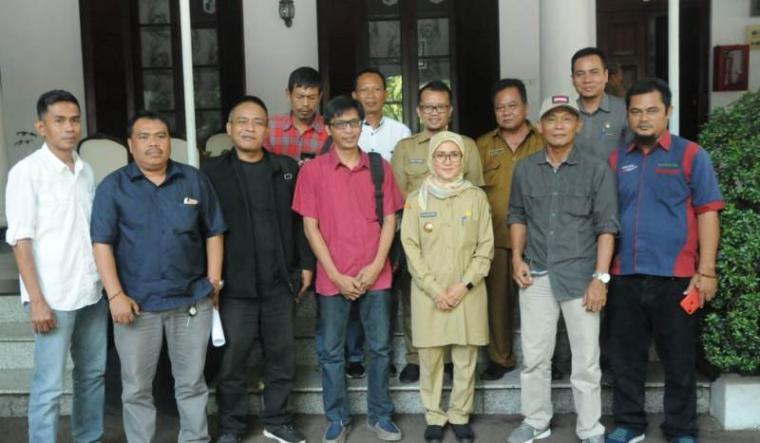 Ikatan Wartawan Online Banten saat foto bersama Bupati Lebak Iti Octavia Jayabaya. (Foto: TitikNOL)