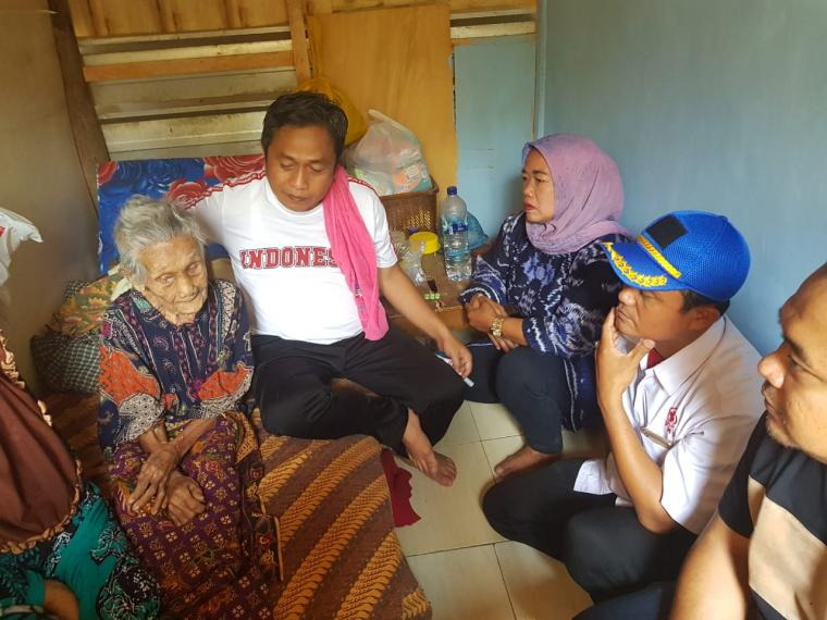 Wakil Wali Kota Serang Subadri Usuludin, saat mengunjungi Nenek Sapiah. (Foto: TitikNOL)