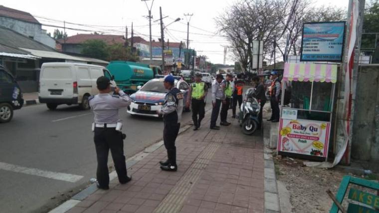 Penertiban parkir kendaraan di atas trotoar di Jalan Tripjamaksari, Cinanggung, Kota Serang. (Foto: TitikNOL)