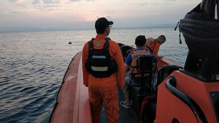 Tim SAR saat melakukan pencarian tiga WAN Tiongkok yang hilang di Pulau Sangiang. (Foto: Istimewa).