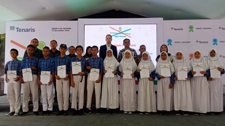 Perwakilan PT TenarisSPIJ foto bersama dengan para siswa yang mendapatkan bantuan. (Foto: TitikNOL)