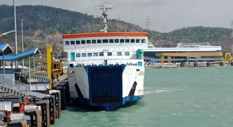 Kapal terlihat sulit sandar di Pelabuhan Merak. (Foto: TitikNOL)