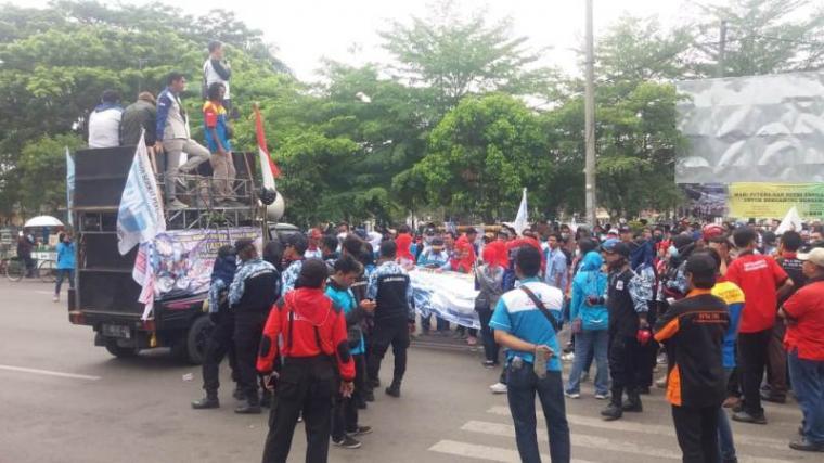 Aksi unjuk rasa ratusan Aliansi serikat pekerja buruh Kabupaten Serang di pintu masuk Pendopo Bupati Kabupaten Serang. (Foto: TitikNOL)