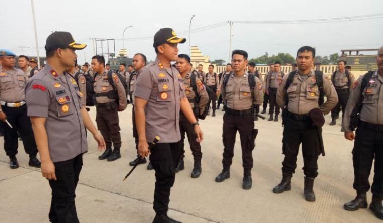 Kapolres Serang, AKBP Indra Gunawan didampingi Wakapolres Kompol Agung Cahyono saat mengecek perlengkapan untuk tugas pengamanan pilkades serentak di kabupaten serang. (Foto: TitikNOL)
