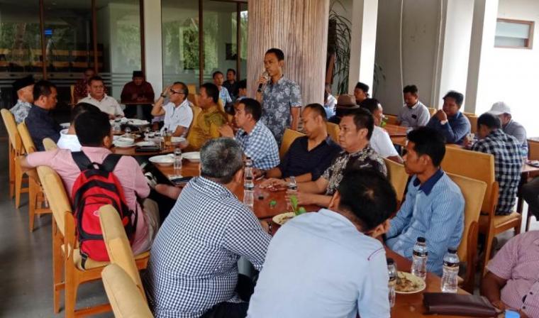 Wakil Ketua Umum Bidang Ketenagakerjaan dan Hubungan Industrial Kadin Banten, Tatang Tarmizi saat memberikan sambutan di acara Forum Silaturhmi Pengusaha Cilegon di The Royale Krakatau. (Foto: TitiKNOL)