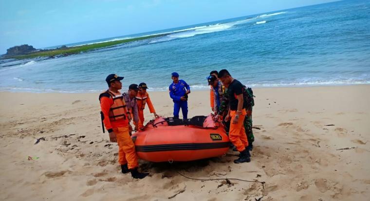 Pencarian nelayan yang hilang di perairan Pantai Sawarna, Bayah, Kabupaten Lebak. (Foto: TitikNOL)