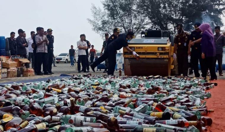 Pemusnahan berbagai macam barang bukti oleh Kantor Wilayah Bea Cukai Banten di Pelabuhan Indah Kiat Merak. (Foto: TitikNOL)