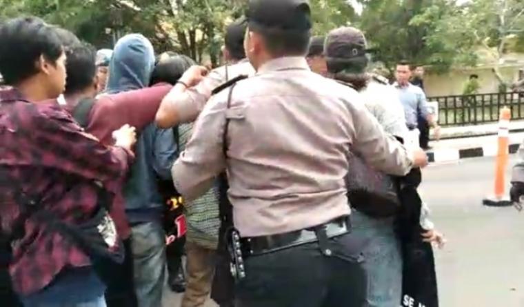 Aksi mahasiswa yang tergabung dalam organisasi Komunitas Soedirman 30 (KMS30) di kawasan Pusat Pemerintahan Provinsi Banten (KP3B). (Foto: TitikNOL)