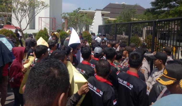 Aksi unjuk rasa Gabungan Organisasi masyakarat (Ormas) dan Lembaga Swadaya Masyakarat (LSM) di gerbang menuju Kawasan Pusat Pemerintahan Provinsi Banten (KP3B) di Curug, Kota Serang. (Foto:TitikNOL)