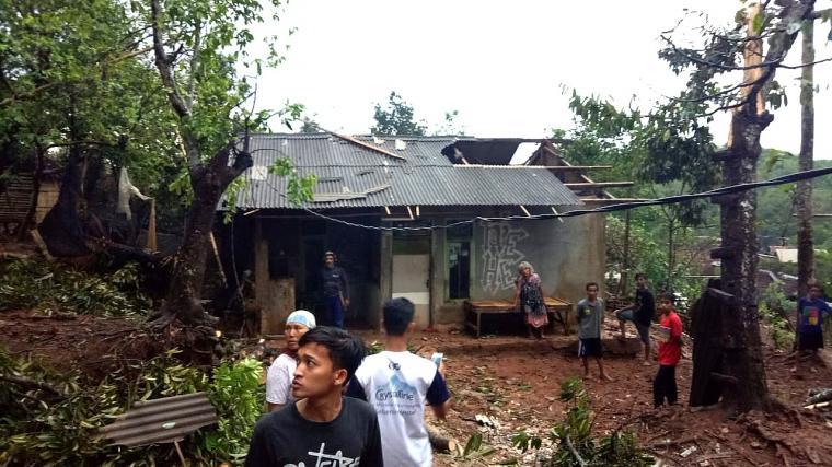 Atap rumah warga lepas karena dihempas angin puting beliung. (Foto: TitikNOL)