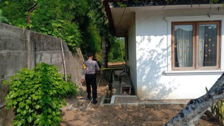 Petugas Kepolisian sektor (Polsek) Cibadak tengah melakukan penyelidikan di lokasi kejadian perampokan. (Foto: TitikNOL)