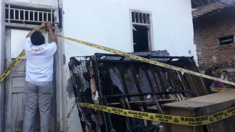 Rumah yang ditempati oleh pasangan suami istri di beri garis Polisi. (Foto: TitikNOL)