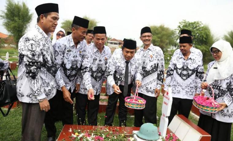 Wakil Wali Kota Serang Subadri Ushuludin saat ziarah kubur ke Taman Makam Pahlawan Ciceri, Kota Serang. (Foto: TitikNOL)