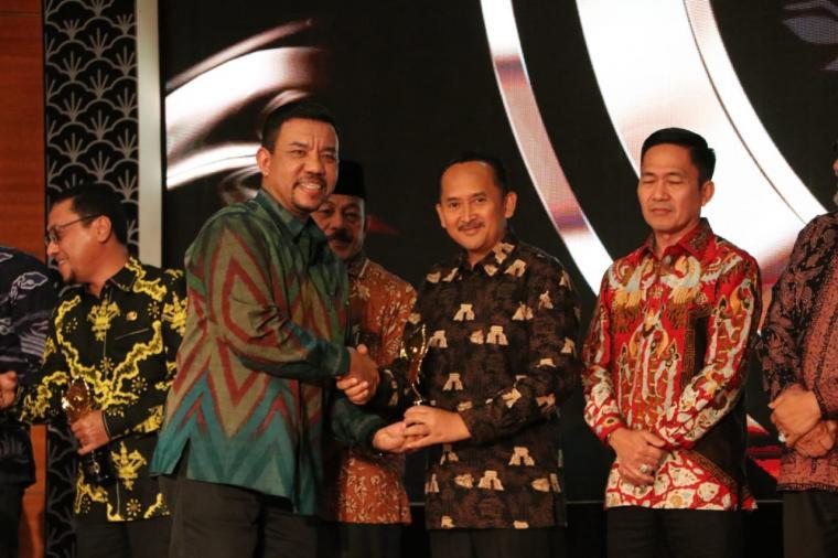 Wakil Bupati Lebak Ade Sumardi saat menerima penghargaan Anugerah Pesona Indonesia (API). (Foto: Istimewa)