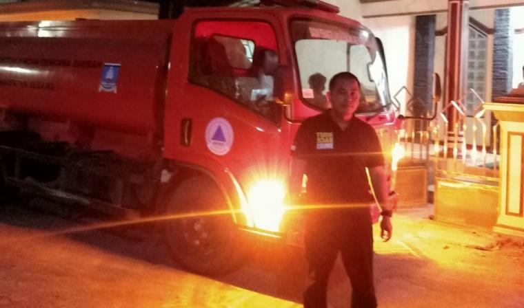 Anggota Polsek Pontang saat berfoto disela penyaluran air bersih di Kecamatan Pontang. (Foto: Ist)