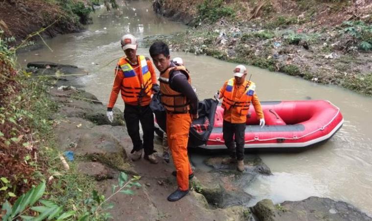 Pencarian korban yang hilang di sungai Cibanten. (Foto: TitikNOL)