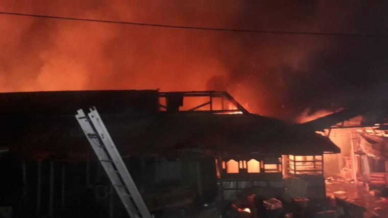 Kebakaran yang terjadi di Pasar Baros, Kecamatan Baros, Kabupaten Serang. (Foto: TitikNOL)