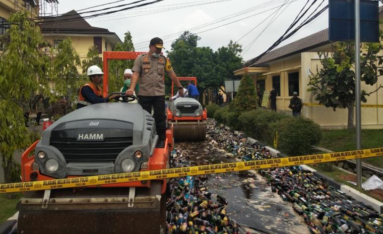 Pemusnahan puluhan ribu botol minuman keras (Miras) di halaman Mapolda Banten, Kamis, (19/12/2019). (Foto: TitikNOL)