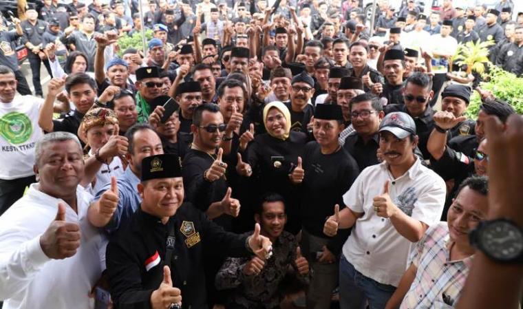 Ratusan pendekar dengan pakaian lengkap jawara Banten berkumpul di halaman Pendopo Bupati Serang, Senin (23/12/2019). (Foto: TitikNOL)