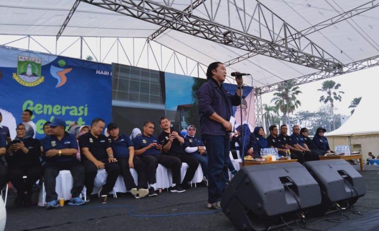Sekretaris Daerah Provinsi Banten Al Muktabar, saat mewakili Gubernur membuka acara Hari Kesehatan Nasional (HKN) ke-55 di Alun-alun Pandeglang. (Foto: TitikNOL)