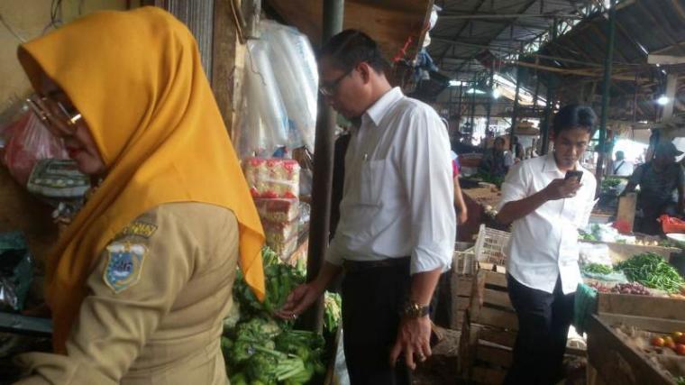 Tim Satgas Pangan saat melakukan sidak ke sejumlah pasar tradisional di Kabupaten Pandeglang, Senin (16/12/2019). (Foto: TitikNOL)
