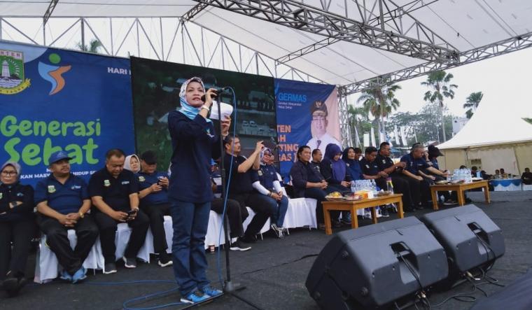Kepala Dinas Kesehatan Provinsi Banten dr. Ati Pramudji Hastuti saat memberikan sambutan dalam acara peringatan Hari Kesehatan Nasional (HKN) di Alun- alun Pandeglang. (Foto: TitikNOL)