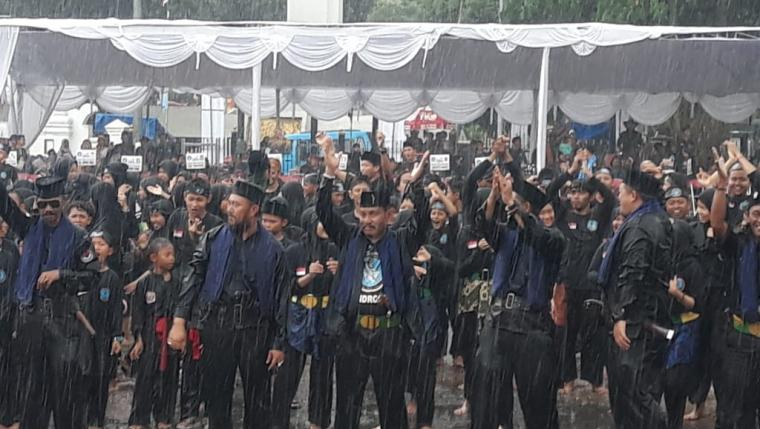 Ratusan pendekar Bandrong yang terdiri dari berbagai Provinsi menari dibawah guyuran derasnya hujan saat menyambut kehadiran Walikota Serang Syafrudin dan Wakil Walikota Serang Subadri di Festival Bandrong 2019. (Foto: TitikNOL)