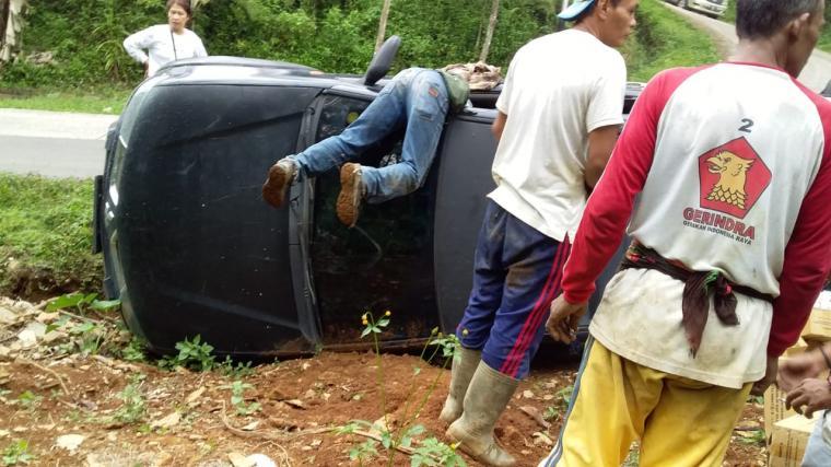 Mobil Dinas Sosial Kabupaten Lebak yang mengalami kecelakaan di Desa Majasari , Kecamatan Sobang, Kabupaten Lebak. (Foto: TitikNOL)