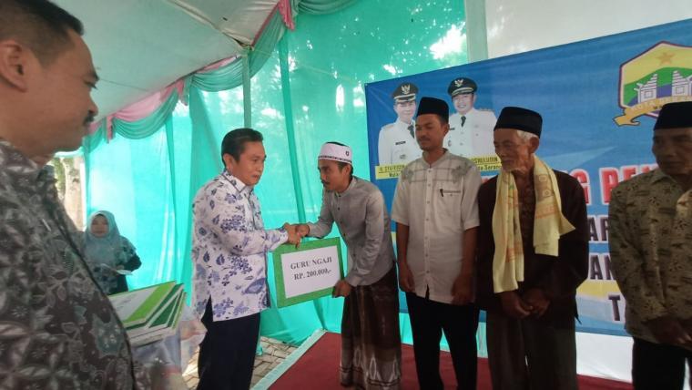 Pemberian honor kepada 1.400 guru ngaji, marbot masjid dan pemandi jenazah di Kecamatan Curug, Kota Serang, oleh Wakil Wali Kota Serang Subadri Ushuludin. (Foto: TitikNOL)