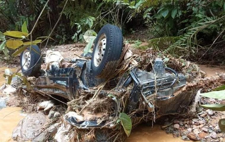 Sebuah mobil losbak terseret air saat terjadi banjir dan tanah longsor di wilayah Citorek - Cibeber. (Foto: TitikNOL)