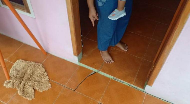 Keretakan sejumlah rumah di Desa Pamubulan, Kecamatan Bayah akibat aktivitas peledakan tambang (limestone) milik PT. Cemindo Gemilang. (Foto: TitikNOL)