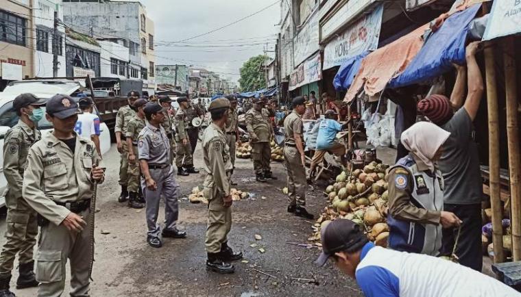 Satuan Polisi Pamong Praja (Satpol-PP) Kota Serang tertibkan Pedagang Kaki Lima (PKL) Pasar Lama. (Foto: TitikNOL)