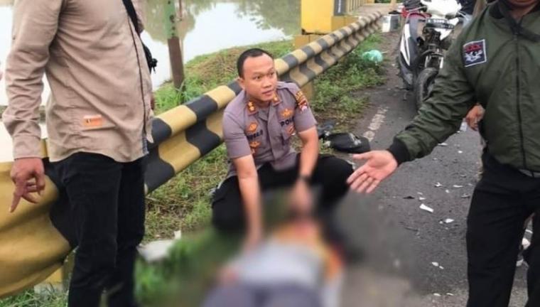 Kapolres Serang AKBP Indra Gunawan saat mengevakuasi para korban untuk dibawa ke RS Hermina Ciruas. (Foto: TitikNOL)