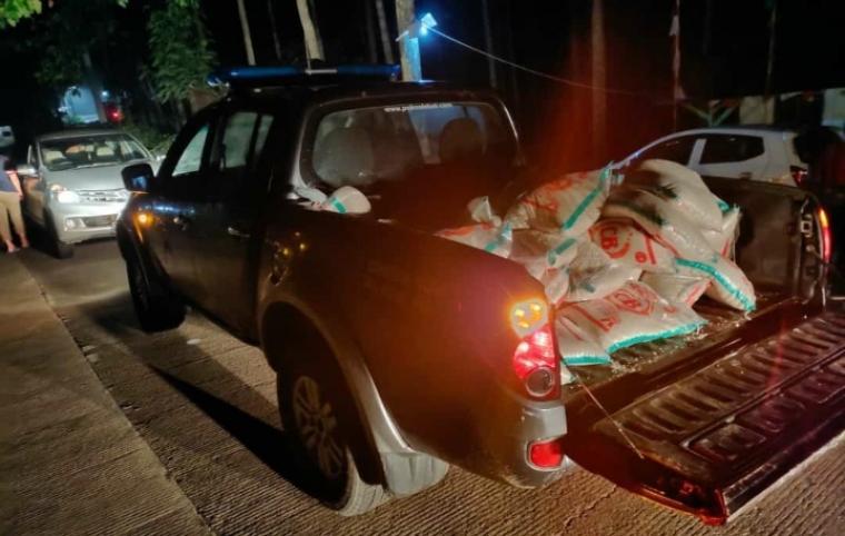 Barang bukti puluha karung beras BPNT hasil pembegalan yang berhasil diamankan polisi. (Foto: TitikNOL)